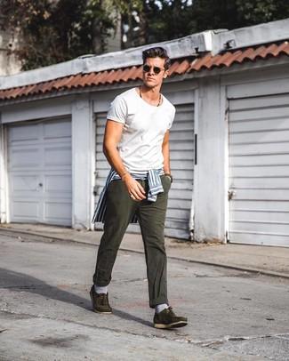Cómo combinar: camisa de vestir de rayas verticales en blanco y azul, camiseta con cuello circular blanca, vaqueros en gris oscuro, náuticos de ante verde oliva