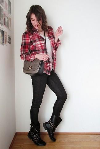 Cómo combinar: camisa de vestir de tartán roja, camiseta con cuello en v blanca, vaqueros de cuero estampados negros, botas a media pierna de cuero con tachuelas negras