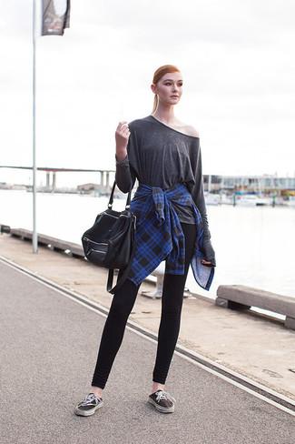Cómo combinar: camisa de vestir de tartán azul, camiseta de manga larga en gris oscuro, leggings negros, tenis de lona negros