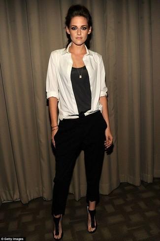 Cómo combinar: camisa de vestir blanca, camiseta sin manga de seda en gris oscuro, pantalones pitillo negros, sandalias de tacón de ante negras