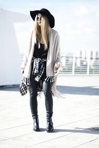 Cómo combinar: camisa de vestir a cuadros en negro y blanco, camiseta sin manga negra, vaqueros de cuero negros, botines chelsea de cuero negros
