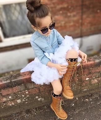 Cómo combinar: camisa de vestir vaquera celeste, falda de tul blanca, botas marrónes, calcetines negros