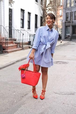 Cómo combinar: camisa de vestir celeste, falda skater celeste, sandalias romanas de ante rojas, bolsa tote de cuero roja