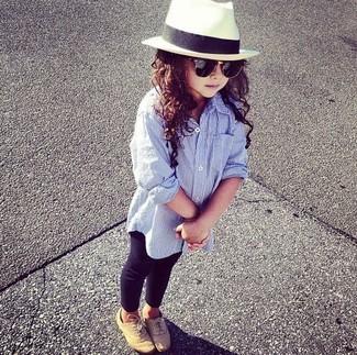 Cómo combinar: camisa de vestir celeste, leggings negros, zapatos oxford marrón claro, sombrero blanco