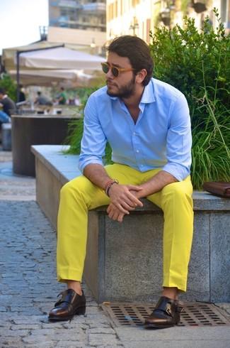 Cómo combinar: camisa de vestir celeste, pantalón chino amarillo, zapatos con doble hebilla de cuero en marrón oscuro, gafas de sol marrón claro