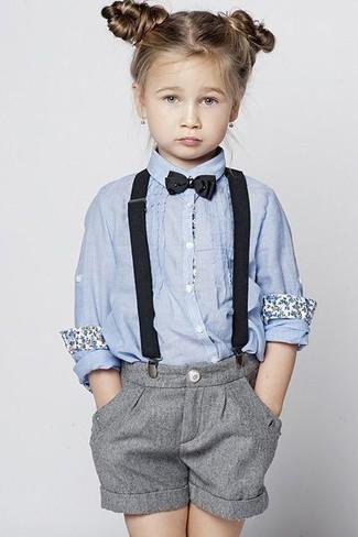 Cómo combinar: camisa de vestir celeste, pantalones cortos grises