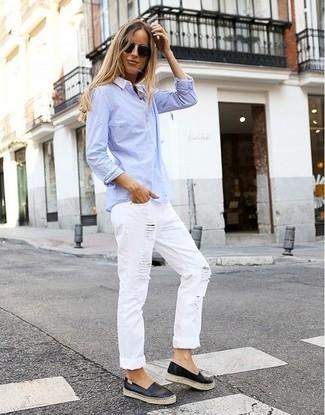 Cómo combinar: camisa de vestir celeste, vaqueros boyfriend desgastados blancos, zapatillas slip-on de cuero negras