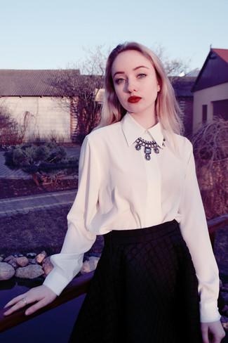 Cómo combinar: camisa de vestir de gasa blanca, falda skater acolchada negra, collar plateado