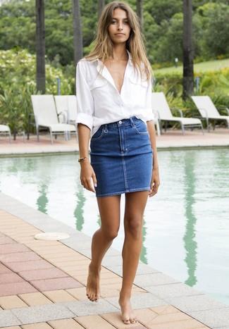 Cómo combinar: camisa de vestir de lino blanca, minifalda vaquera azul
