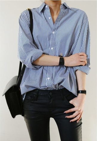 Cómo combinar: camisa de vestir de rayas verticales azul, vaqueros de cuero negros, bolso bandolera de cuero negro