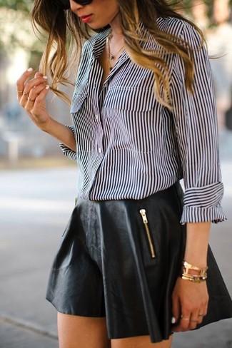 Cómo combinar: camisa de vestir de rayas verticales en negro y blanco, falda skater de cuero negra, pulsera dorada