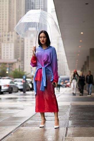 Cómo combinar: camisa de vestir efecto teñido anudado en multicolor, falda midi efecto teñido anudado roja, zapatos de tacón de cuero blancos