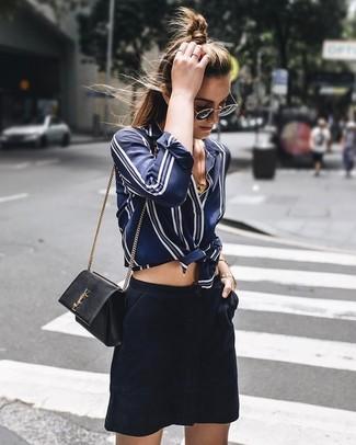 Cómo combinar: camisa de vestir de seda de rayas verticales en azul marino y blanco, minifalda de ante azul marino, bolso bandolera de cuero negro, gafas de sol en negro y dorado