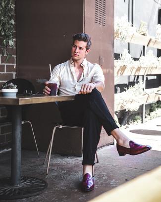 Cómo combinar: camisa de vestir en beige, pantalón de vestir de lino negro, mocasín con borlas de cuero morado oscuro, reloj de cuero en tabaco