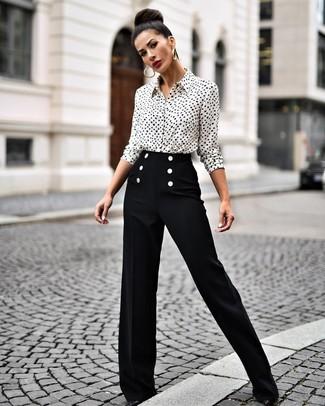 Cómo combinar: camisa de vestir estampada en blanco y negro, pantalones anchos negros, zapatos de tacón de cuero negros, pendientes dorados