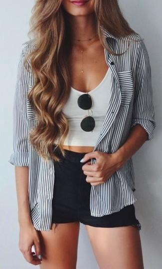 Una camisa de vestir de rayas verticales en blanco y negro y unos pantalones cortos vaqueros negros de Topshop son prendas que debes tener en tu armario.