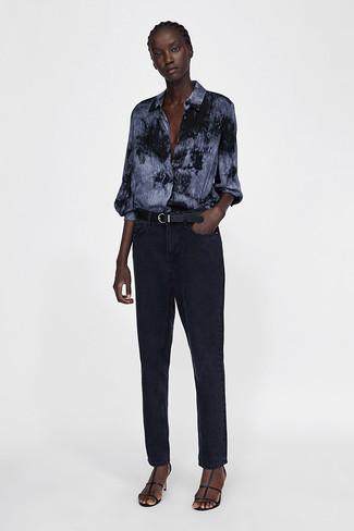 Cómo combinar: camisa de vestir efecto teñido anudado en gris oscuro, vaqueros negros, sandalias de tacón de cuero negras, correa de cuero negra