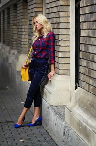 Cómo combinar: camisa de vestir de tartán en rojo y azul marino, pantalón de pinzas azul marino, zapatos de tacón de ante azules, bolso bandolera de cuero amarillo