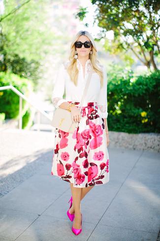 Cómo combinar: camisa de vestir de encaje blanca, falda campana con print de flores en blanco y rosa, zapatos de tacón de cuero rosa, bolso bandolera de cuero en beige