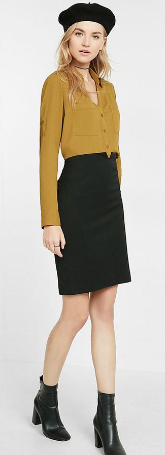 Cómo combinar: camisa de vestir mostaza, falda lápiz negra, botines de cuero negros, boina negra