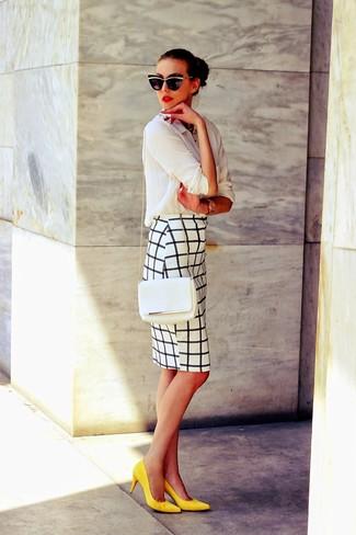 Intenta combinar una camisa de vestir blanca junto a una falda lápiz a cuadros blanca y negra para lograr un look de vestir pero no muy formal. Completa el look con zapatos de tacón de ante amarillos.
