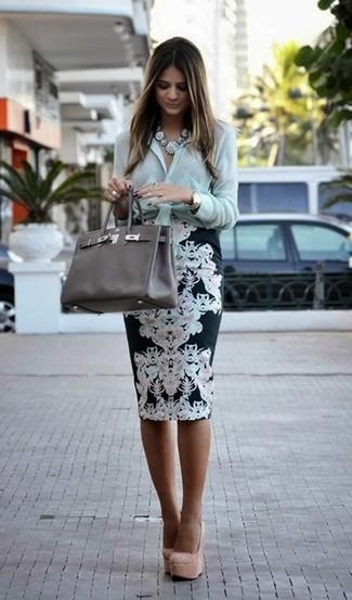 Cómo combinar: camisa de vestir en verde menta, falda lápiz con print de flores en negro y blanco, zapatos de tacón de ante en beige, bolsa tote de cuero en gris oscuro