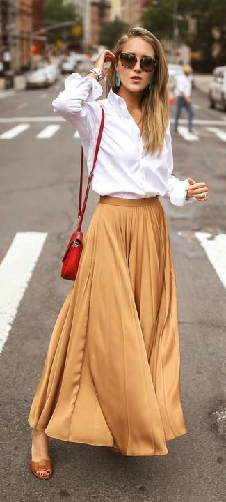 Cómo combinar: camisa de vestir blanca, falda larga plisada marrón claro, sandalias de tacón de cuero marrónes, bolso bandolera de cuero rojo