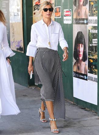 Cómo combinar: camisa de vestir blanca, falda midi de cuadro vichy en negro y blanco, sandalias de tacón de cuero grises, gafas de sol negras