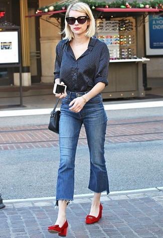 Cómo combinar: camisa de vestir a lunares negra, falda pantalón vaquera azul, zapatos de tacón de ante rojos, bolso bandolera de cuero negro