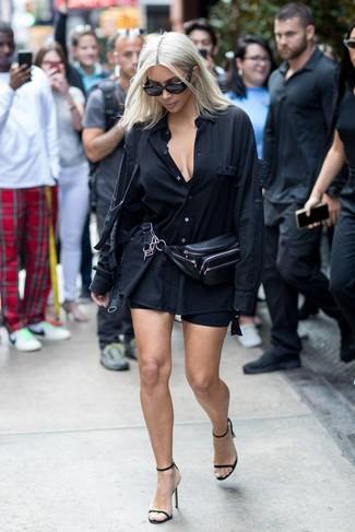 Cómo combinar: camisa de vestir negra, mallas ciclistas negras, sandalias de tacón de cuero negras, riñonera de cuero negra
