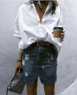 Cómo combinar: camisa de vestir blanca, minifalda vaquera desgastada azul marino, cartera sobre de cuero de leopardo gris, bandana estampada en negro y blanco