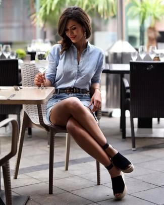 Cómo combinar: camisa de vestir de rayas verticales celeste, minifalda vaquera desgastada celeste, sandalias con cuña de ante negras, correa de cuero negra
