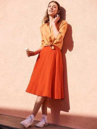 Cómo combinar: camisa de vestir naranja, falda campana naranja, zapatillas altas de lona blancas