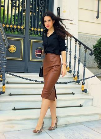 Una camisa de vestir negra y una falda midi de cuero marrón son apropiados para eventos casuales y el día a día. Complementa tu atuendo con zapatos de tacón de cuero de serpiente marrónes.