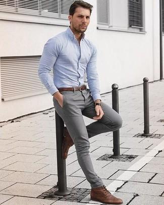 Cómo combinar: camisa de vestir de rayas verticales celeste, pantalón chino gris, botas brogue de cuero marrónes, correa de cuero marrón