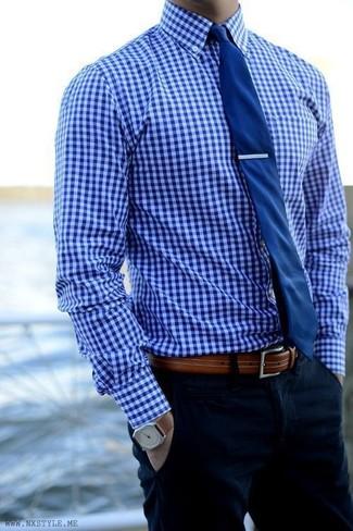 Cómo combinar: camisa de vestir de cuadro vichy azul, pantalón chino azul marino, corbata azul marino, correa de cuero marrón