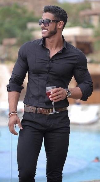 Cómo combinar: camisa de vestir negra, pantalón chino negro, correa de cuero en marrón oscuro, gafas de sol negras