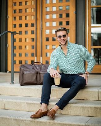 Cómo combinar: camisa de vestir de cuadro vichy verde, pantalón chino de lana azul marino, mocasín con borlas de cuero marrón, bolso baúl de cuero en marrón oscuro
