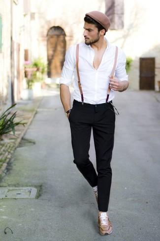 Cómo combinar: camisa de vestir blanca, pantalón chino negro, tenis de cuero marrón claro, tirantes marrón claro
