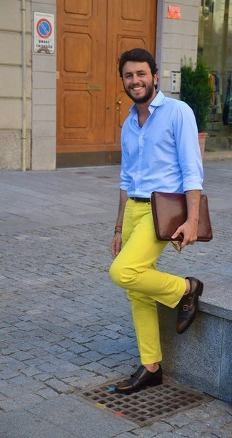 Cómo combinar: camisa de vestir celeste, pantalón chino amarillo, zapatos con doble hebilla de cuero en marrón oscuro, bolso con cremallera de cuero marrón