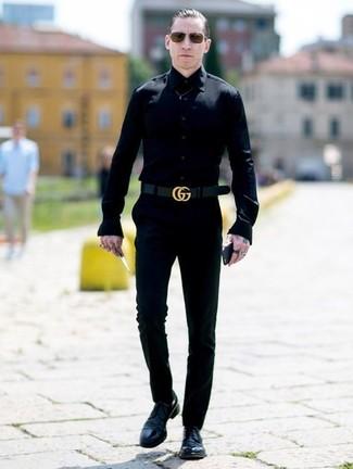 Cómo combinar: camisa de vestir negra, pantalón chino negro, zapatos derby de cuero negros, correa de cuero negra