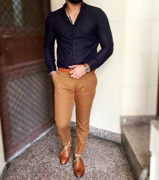 Cómo combinar: camisa de vestir azul marino, pantalón chino marrón claro, zapatos oxford de cuero en tabaco, correa de cuero naranja