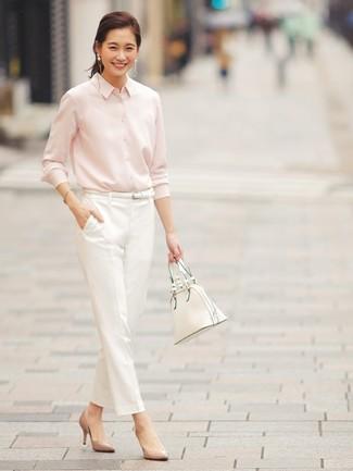 Cómo combinar: camisa de vestir rosada, pantalón de pinzas blanco, zapatos de tacón de cuero marrón claro, bolsa tote de cuero blanca