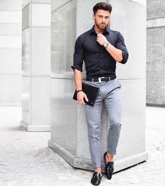 Cómo combinar: camisa de vestir negra, pantalón de vestir de lana gris, mocasín con borlas de cuero negro, bolso con cremallera de cuero negro