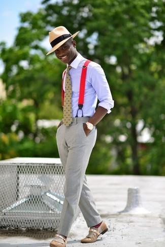 Cómo combinar: camisa de vestir violeta claro, pantalón de vestir gris, mocasín de cuero marrón claro, sombrero de paja marrón claro