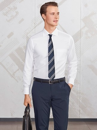 Cómo combinar: camisa de vestir blanca, pantalón de vestir azul marino, portafolio de cuero negro, corbata de rayas verticales azul marino
