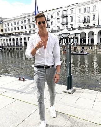 Cómo combinar: camisa de vestir blanca, pantalón de vestir a cuadros gris, tenis de cuero blancos, correa de cuero negra