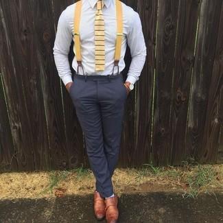 Cómo combinar: camisa de vestir celeste, pantalón de vestir en gris oscuro, zapatos con doble hebilla de cuero en tabaco, corbata de rayas horizontales amarilla