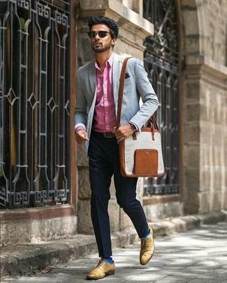 Cómo combinar: camisa de vestir rosa, pantalón de vestir negro, zapatos oxford de cuero marrón claro, bolso mensajero de cuero marrón