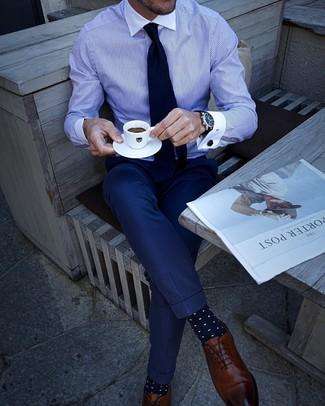 Cómo combinar: camisa de vestir de rayas verticales en blanco y azul, pantalón de vestir azul marino, zapatos oxford de cuero marrónes, corbata azul marino